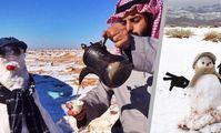 В Египте выпал снег, туристы лепят снеговиков.