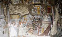 В Египте открыли древние гробницы с яркими рисунками и статуями