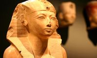В Египте археологи нашли саркофаг с мумией девочки в роскошных ожерельях