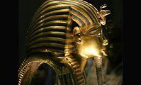 К погребальной маске фараона Тутанхамона приклеили обратно случайно оторванную бороду