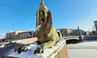Вандалы раскрасили сфинксов на Египетском мосту